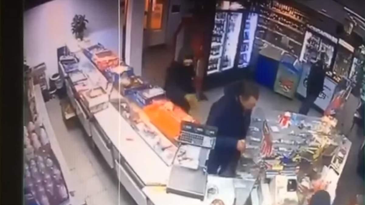 Продавець розповіла як відбувалося пограбування за участі сина нардепа Попова