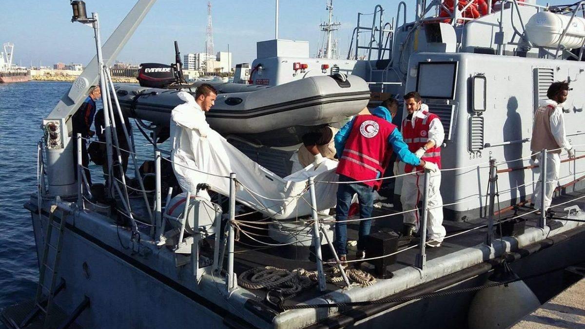 На африканских мигрантов в Средиземном море напали акулы: 31 погибший