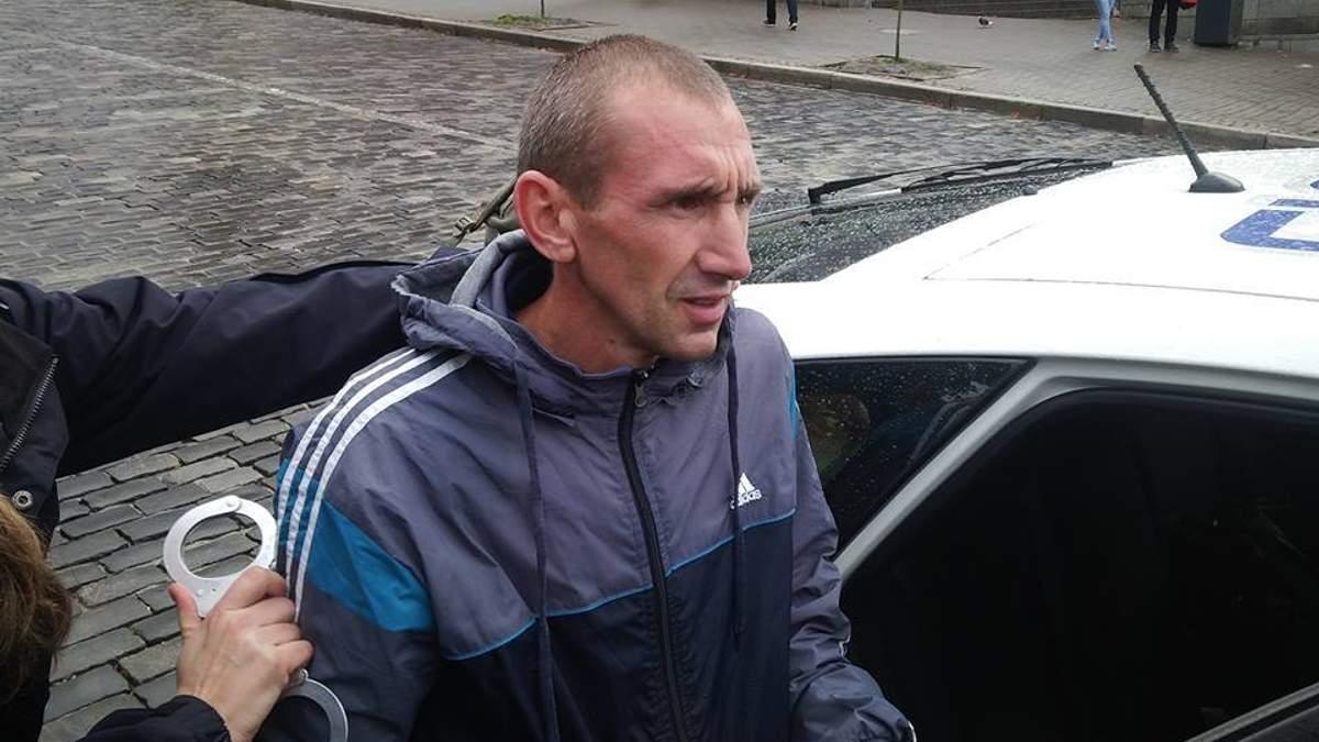 Чоловіка, який спаплюжив пам'ятник Героям Небесної сотні, засудили