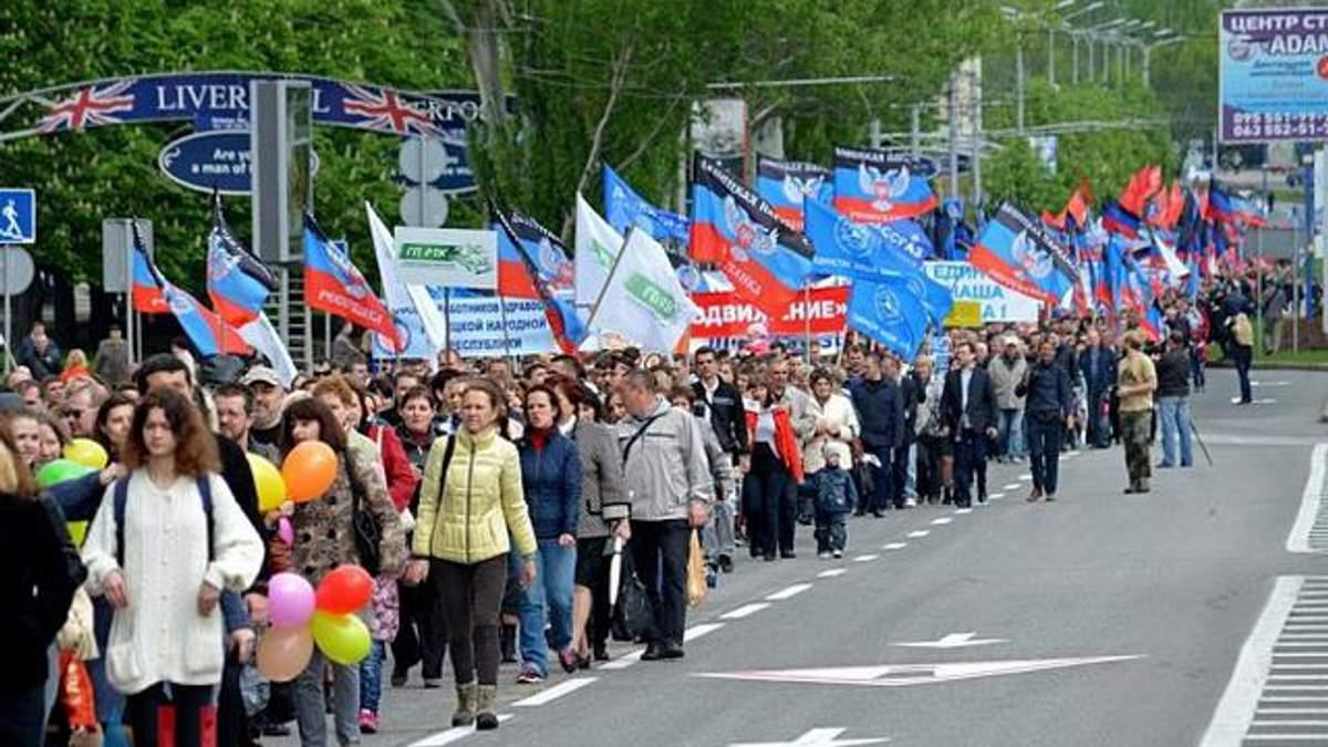 Российские флаги в Луганске