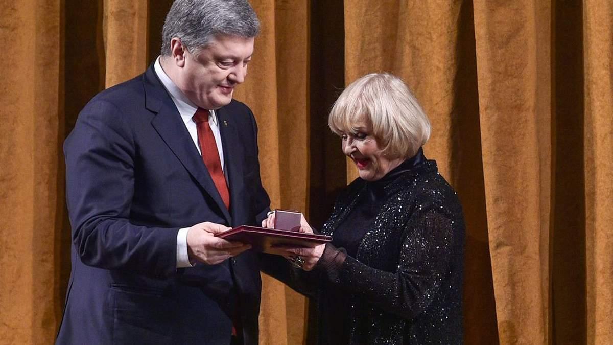 Порошенко наградил Аду Роговцеву
