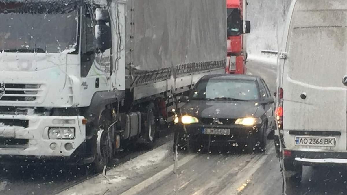 Через сильний снігопад на Закарпатті на дорогах утворились кількаметрові черги