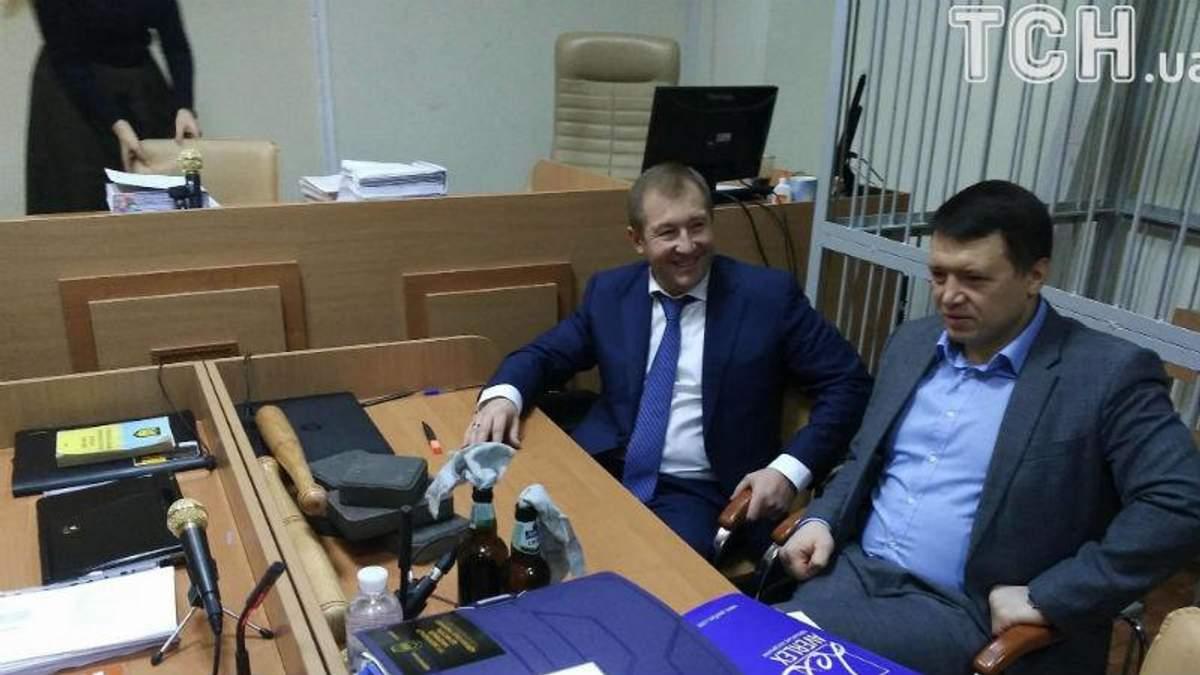 Адвокат Януковича приніс у суд бруківку та коктейлі Молотова: фото