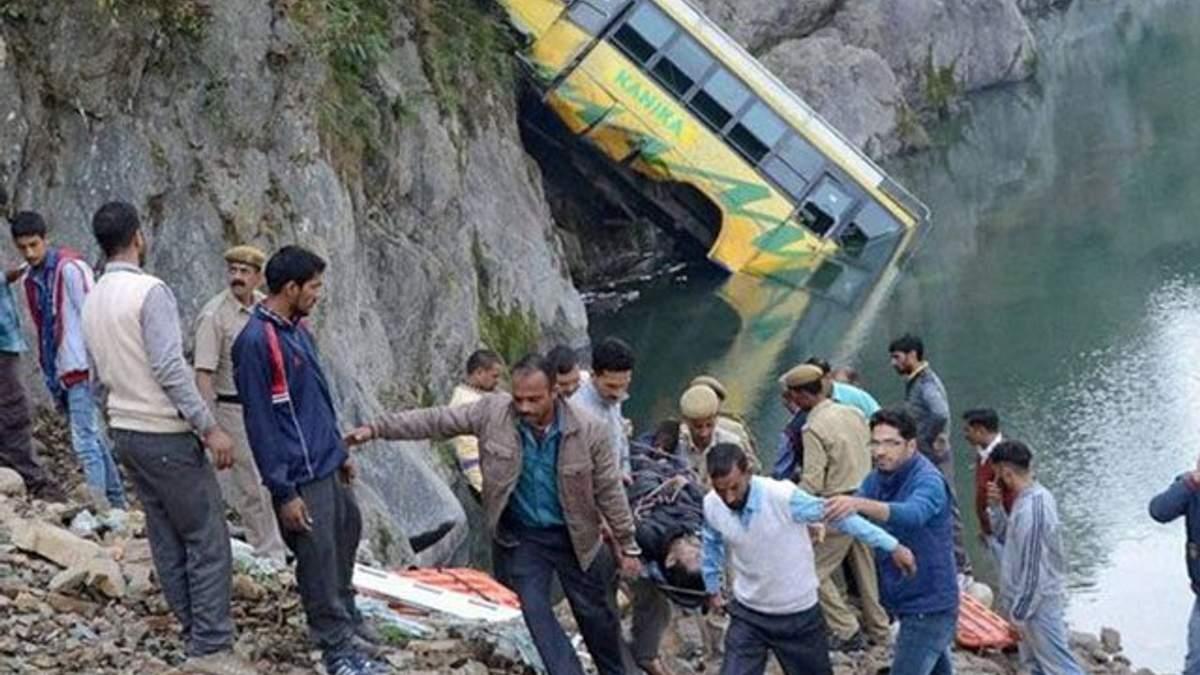 В Індії автобус впав у річку