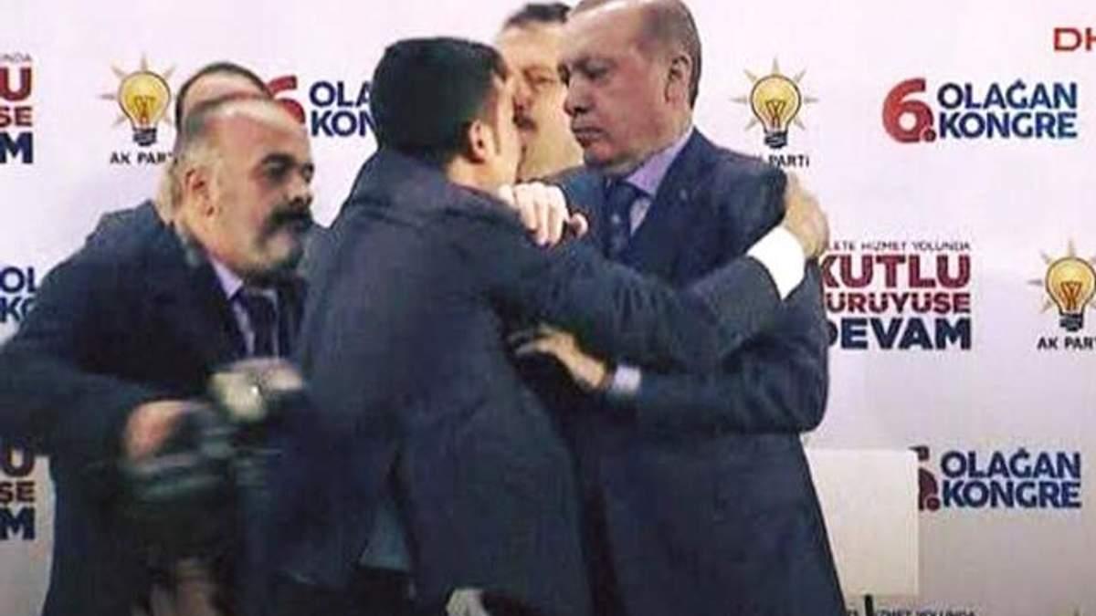 На Эрдогана с объятиями набросился человек: курьезное видео