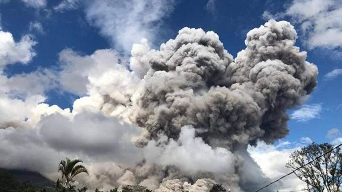 На Суматрі почалося виверження великого вулкана: фото та відео з місця події