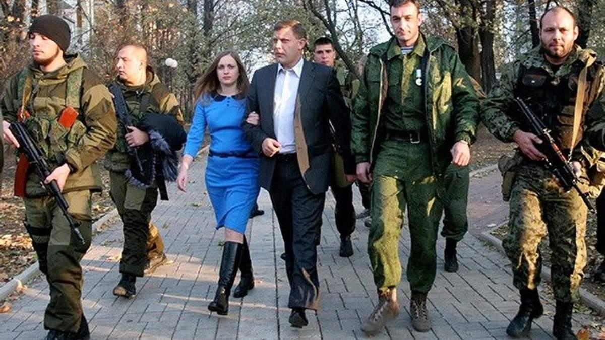Захарченко з дружиною в оточенні бойовиків