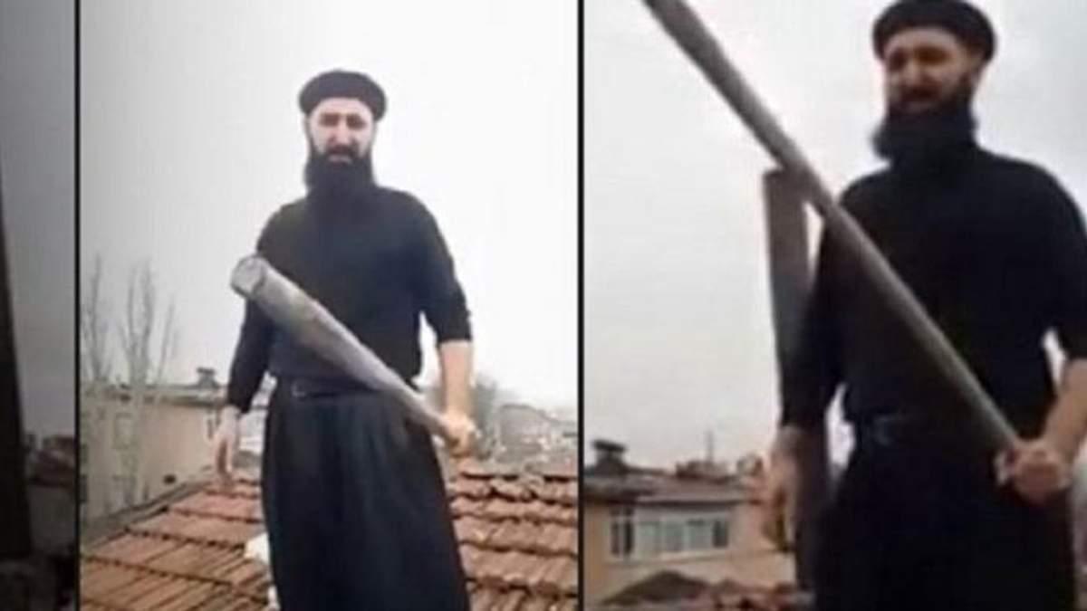 Невідомий видерся на дах з бейсбольною битою, щоб навернути Санта-Клауса в іслам: відео