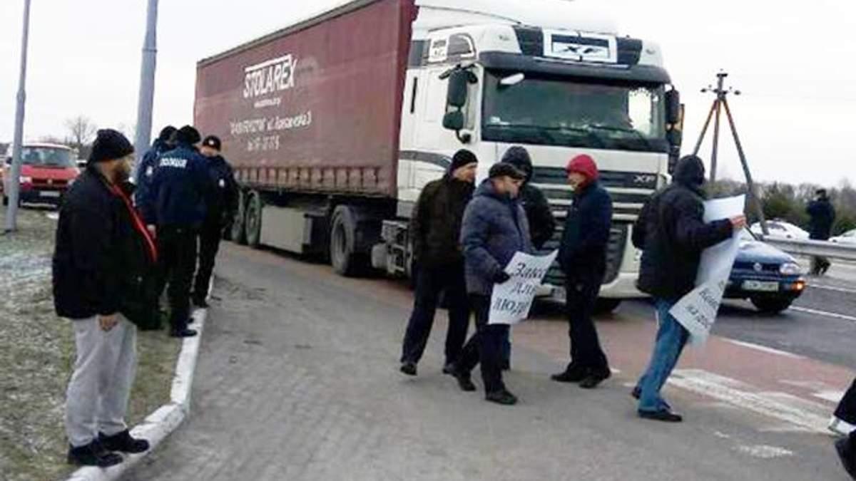 На Волыни митингующие заблокировали трассу ведущую к границе с Польшей
