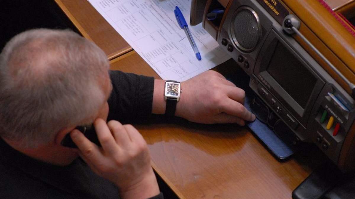 Украинский нардеп пришел на работу с дорогущими часами на руке: фото
