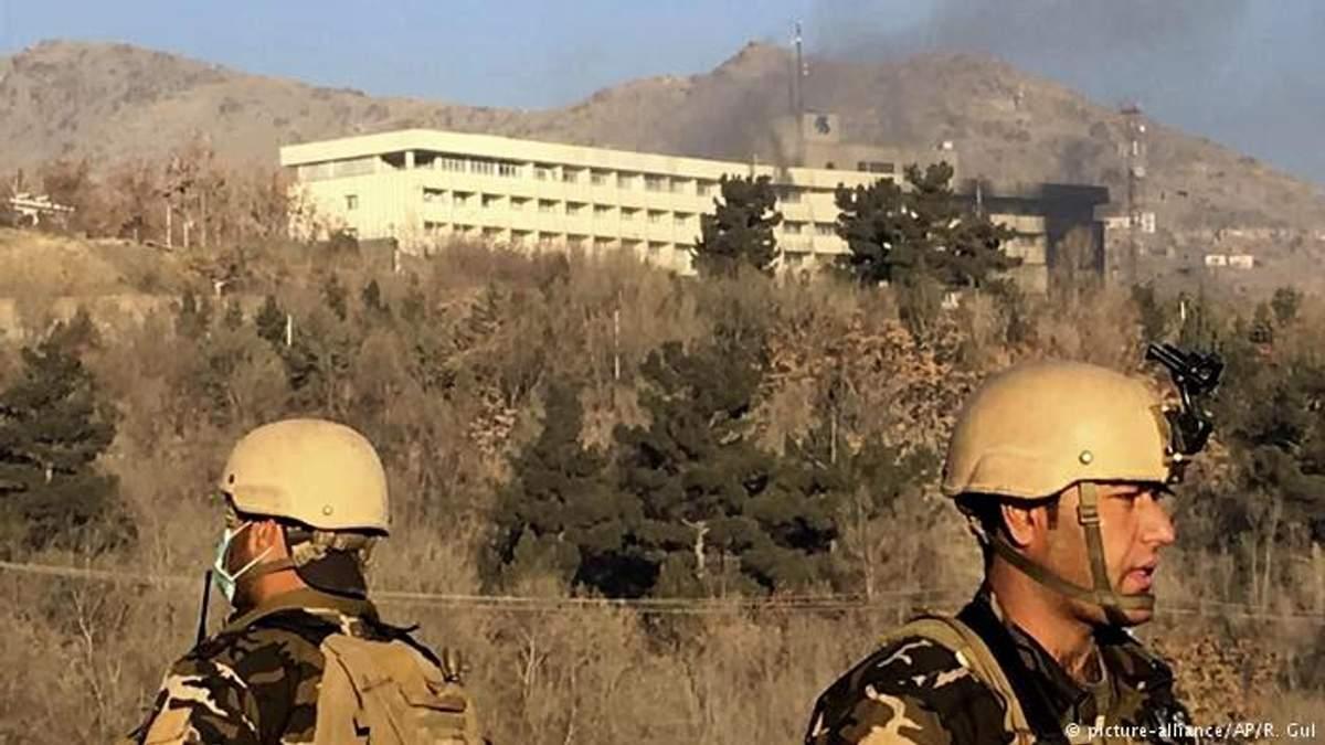 Теракт у Кабулі: відео, як люди рятуються з готелю у Кабулі