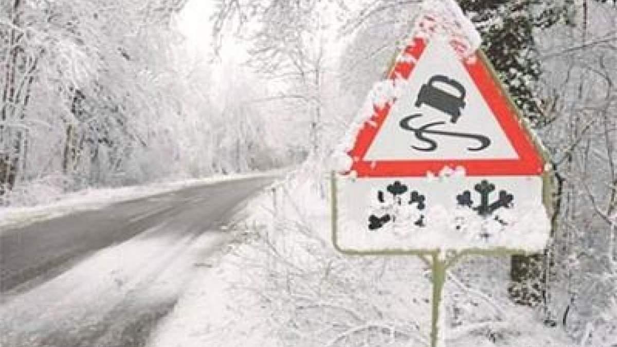 Спасатели предупредили об осложнении погодных условий: гололед и туман на дорогах