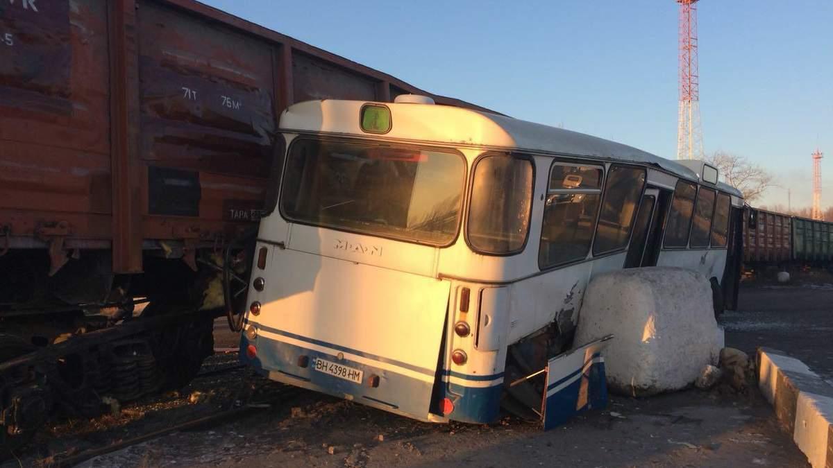 Зіткнення товарного потяга та автобуса у Чорноморську