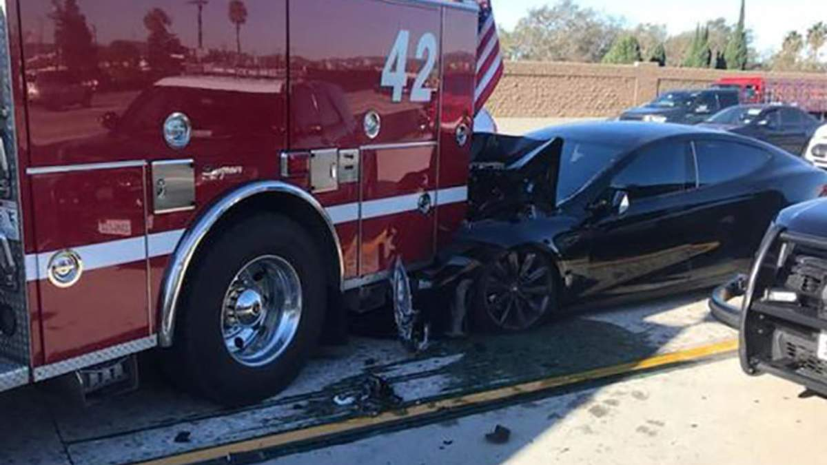 Tesla на автопилоте протаранила пожарную машину в США: детали аварии