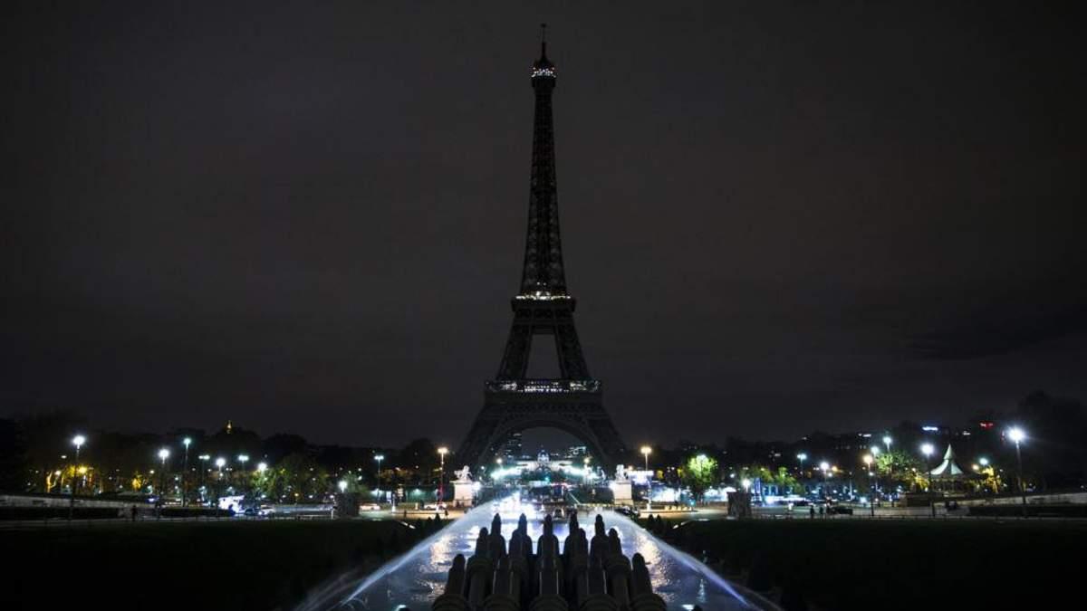 Ейфелева вежа в Парижі згасне опівночі в пам'ять про жертв теракту в Кабулі