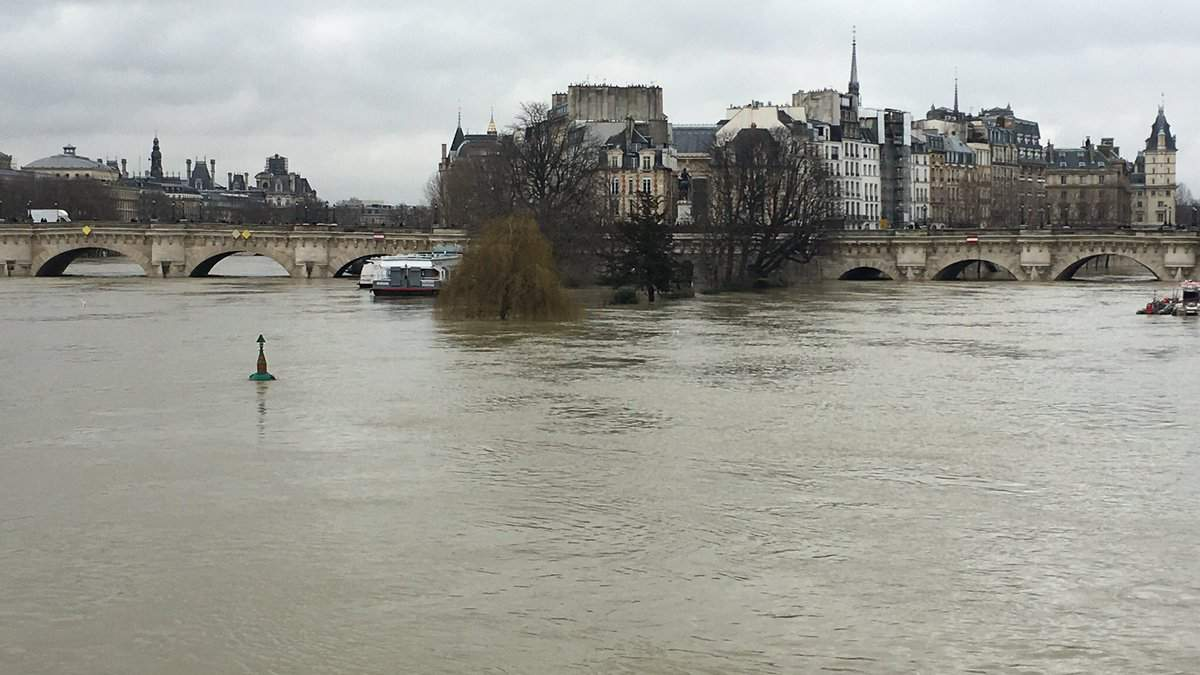 Наводнение в Париже 2018: станции метро закрыты - видео и фото