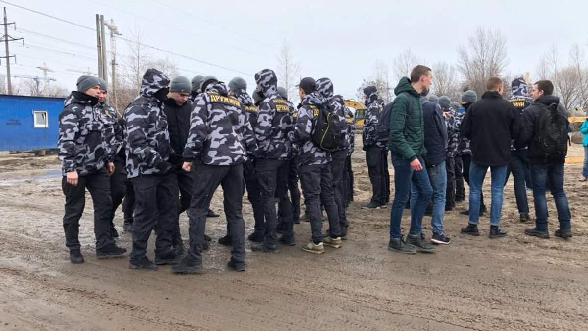 """В Киеве члены """"Национальной дружины"""" валили забор законного строительства: вмешалась полиция"""