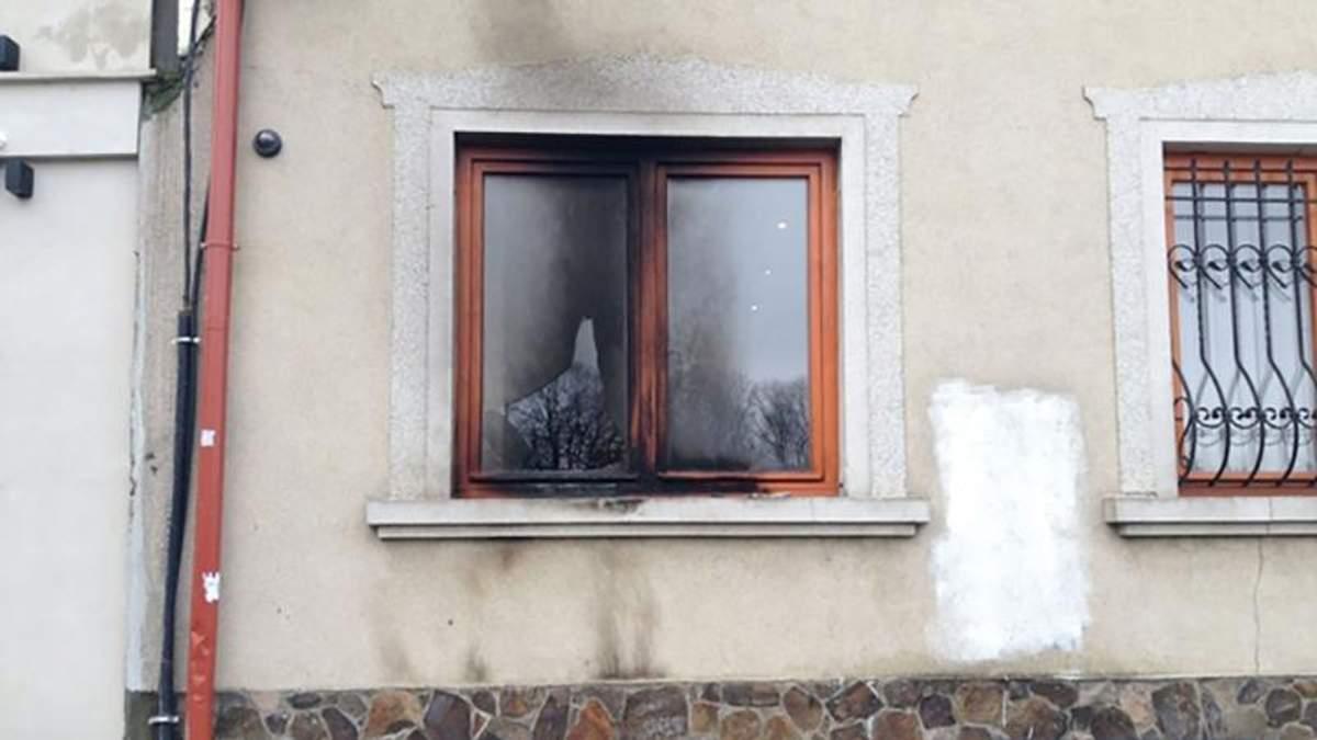 """В Ужгороді невідомі кинули """"коктейль Молотова"""" в офіс центру закарпатських угорців"""