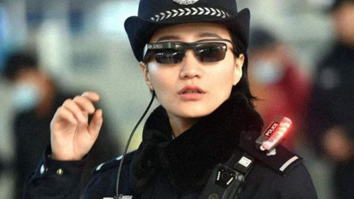 """Китайская полицейская тестирует """"умные"""" очки"""