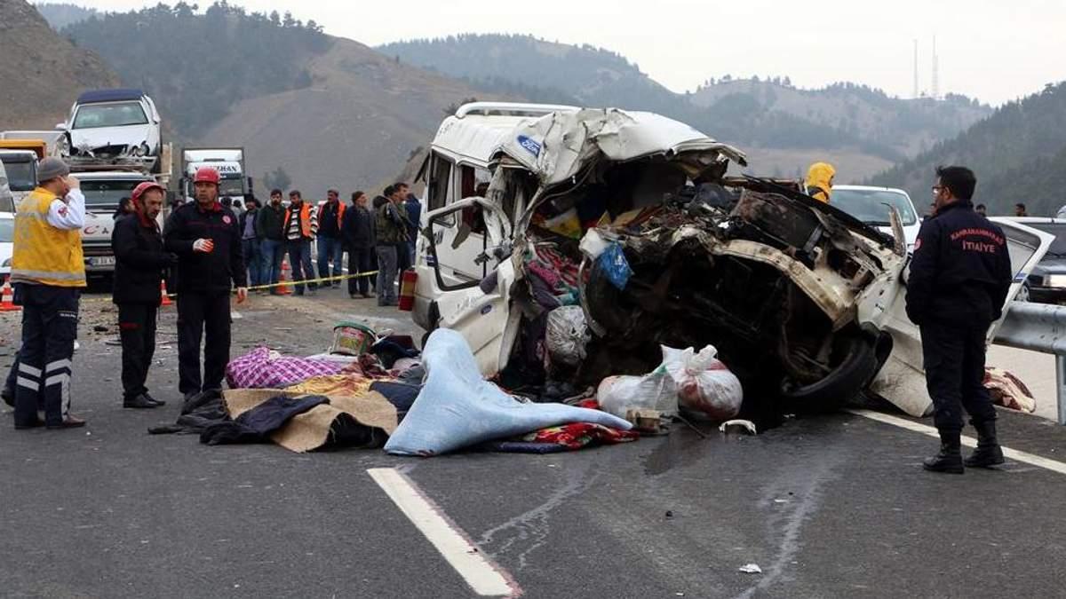 Автобус с людьми в Турции смяло, как консервную банку: много погибших (фото)