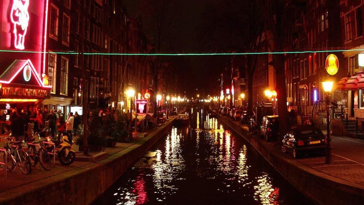 В Амстердаме вводят строгие правила для посетителей квартала Красных фонарей