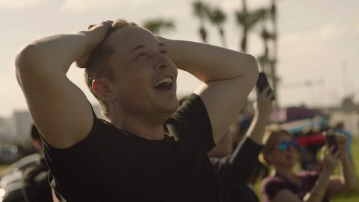 Илон Маск в первые секунды взлета ракеты-носителя Falcon Heavy