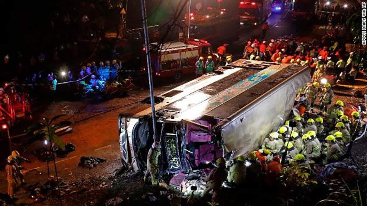 В Гонконге пассажирский автобус попал в ужасную аварию: по меньшей мере 19 человек погибло