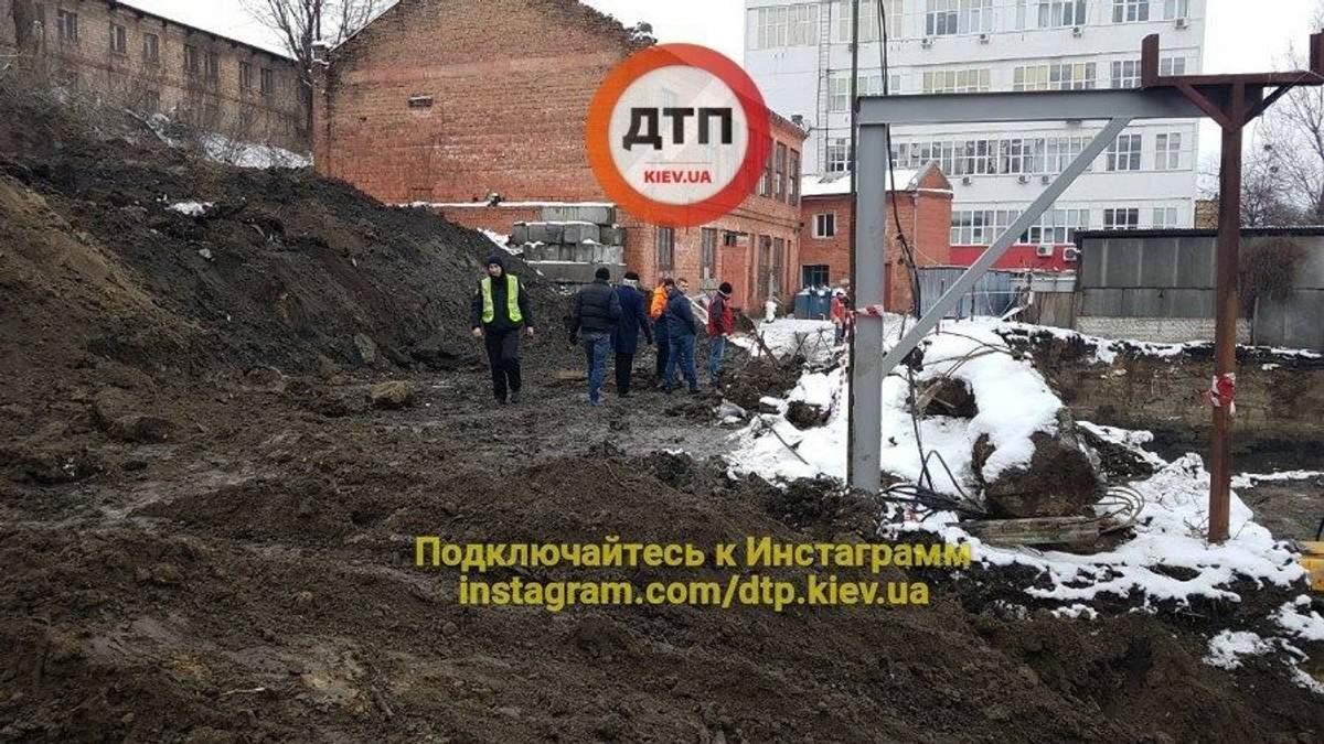 В Киеве на стройке произошла трагедия: фото с места происшествия