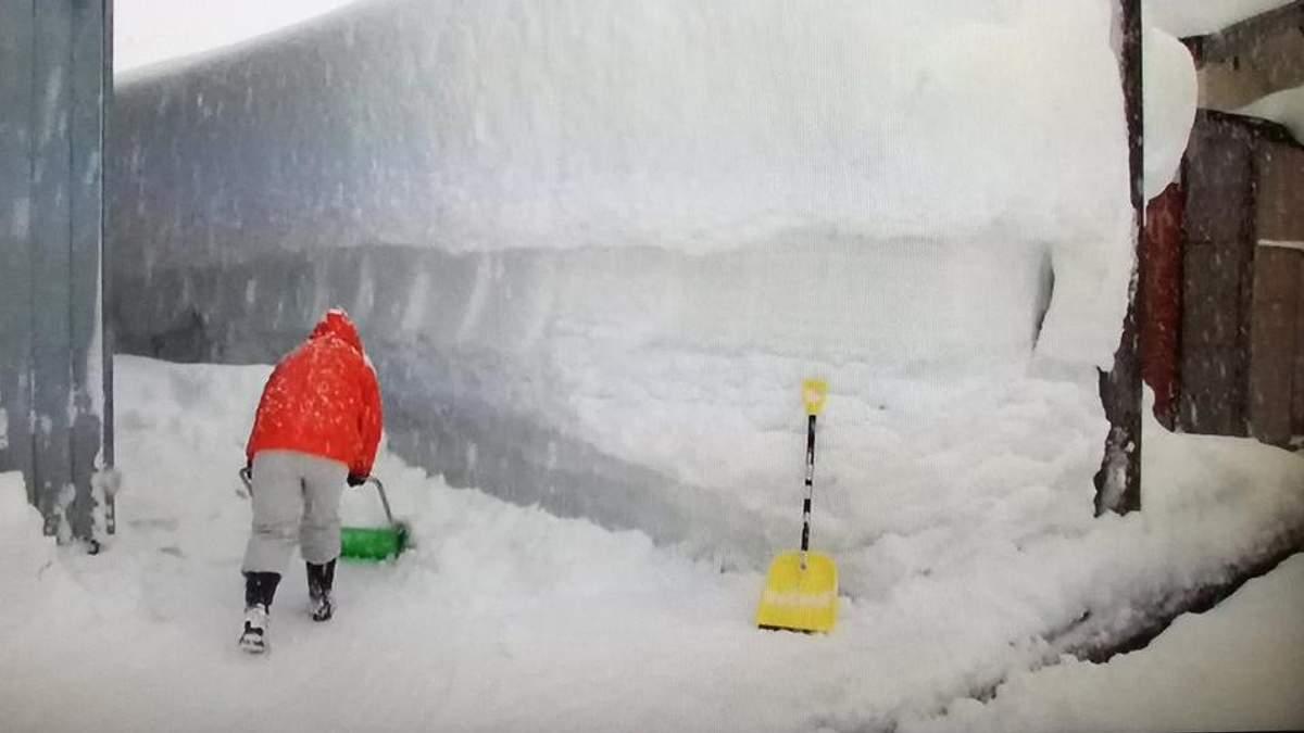 Из-за сильных снегопадов в Японии погибли 15 человек