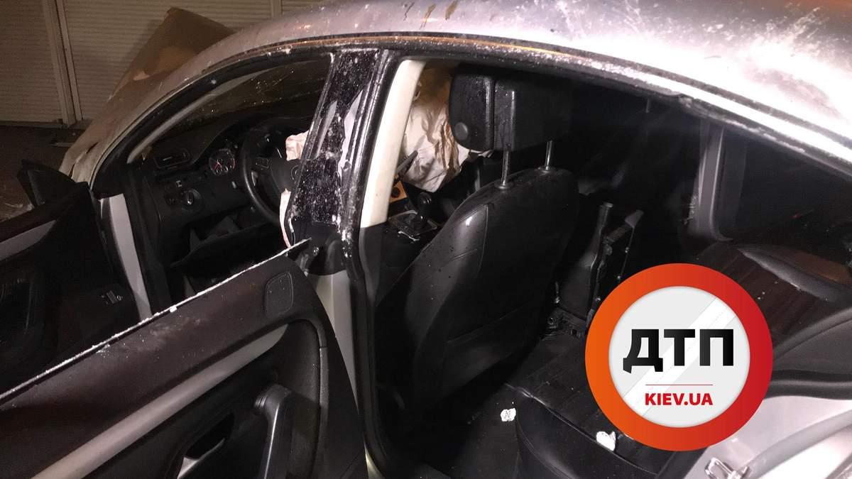 Автомобиль на большой скорости врезался в кольцо в Киеве: фото и видео с места ДТП