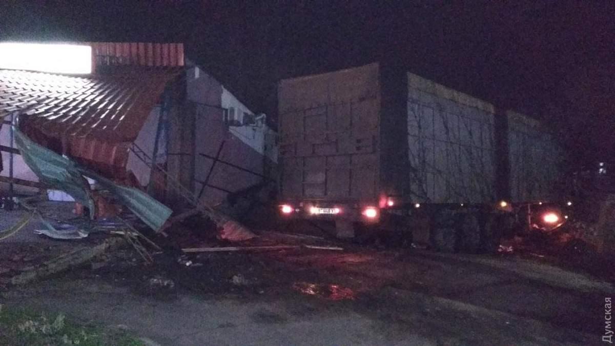 Вантажівка знесла літній майданчик і протаранила будинок на Одещині