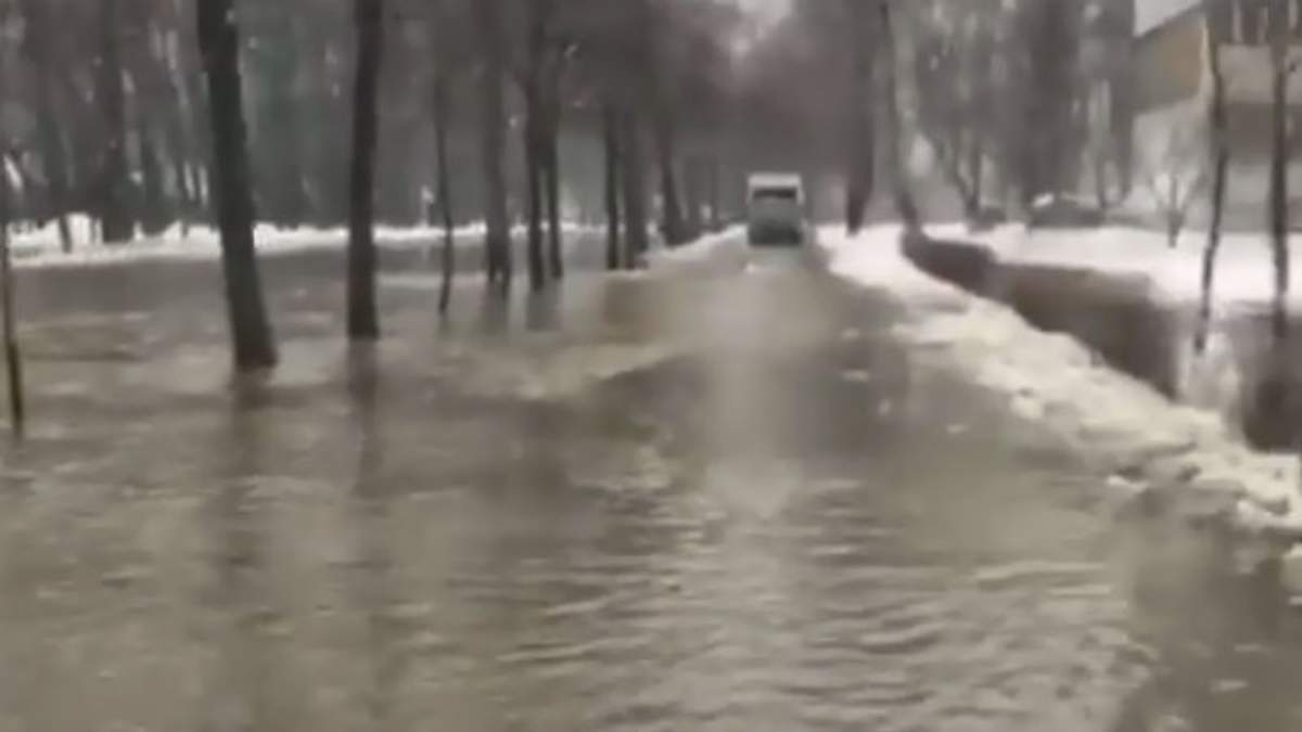 На улице Лятошинского в Киеве образовалось озеро