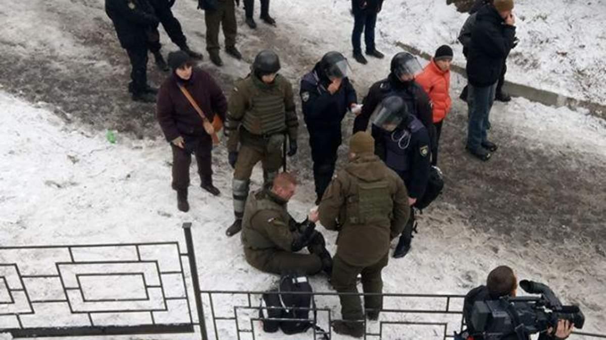 Під судом у Києві відбулась сутичка зі стріляниною, є поранений