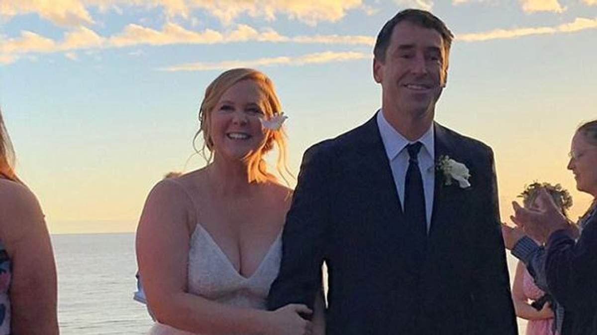 Эми Шумер вступила в брак с Крисом Фишером