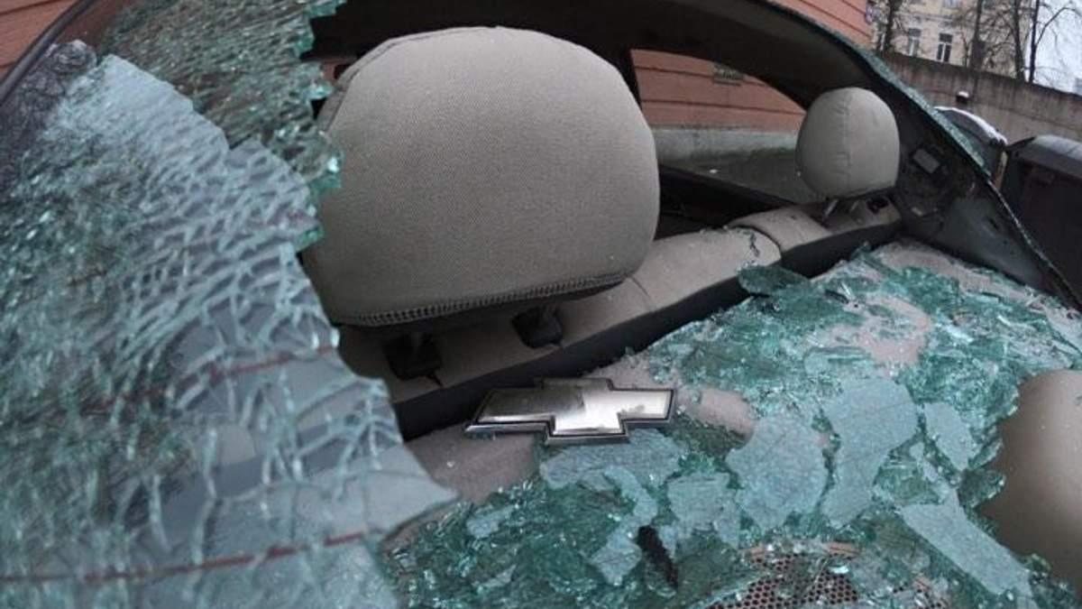 Разбитое авто под Соломенским судом в Киеве