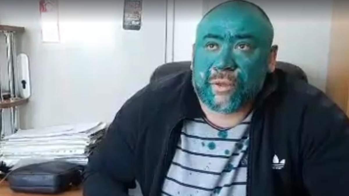 Титушке Крысину активисты принесли в больницу яд и облили зеленкой: фото и видео