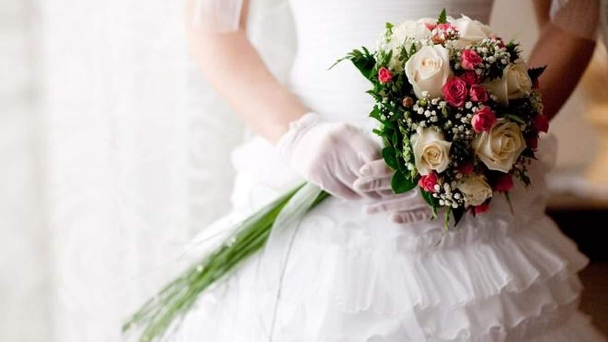 У Китаї батько нареченого пристрасно поцілував невістку на весіллі