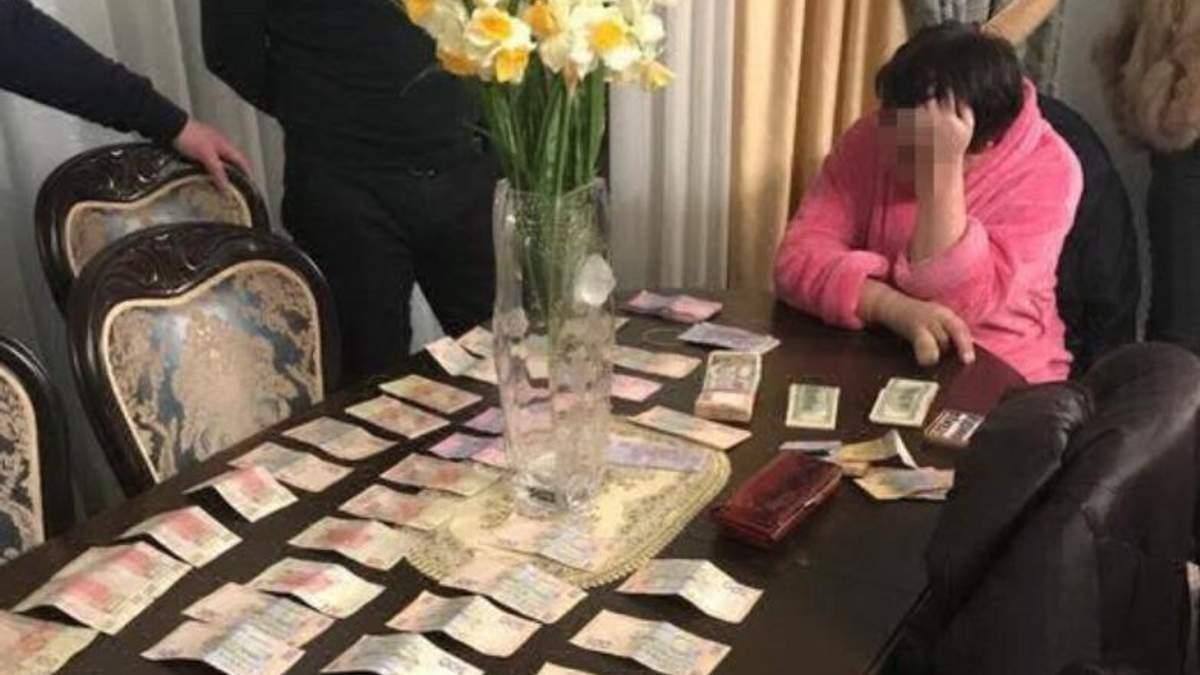"Наладила ""ускоренную"" выдачу паспортов за 800 гривен: чиновницу ГМС поймали на взятке"
