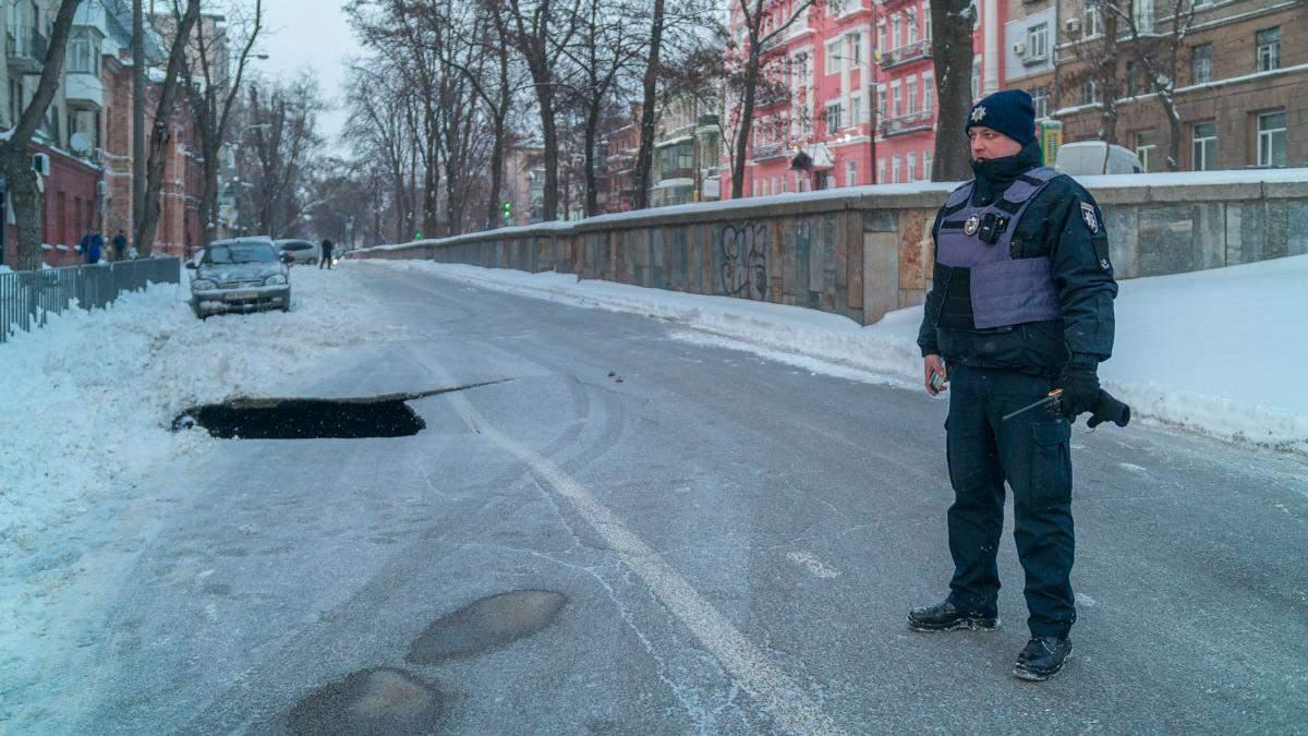 В центре Днепра провалилась дорога на 6 метров: фото и видео