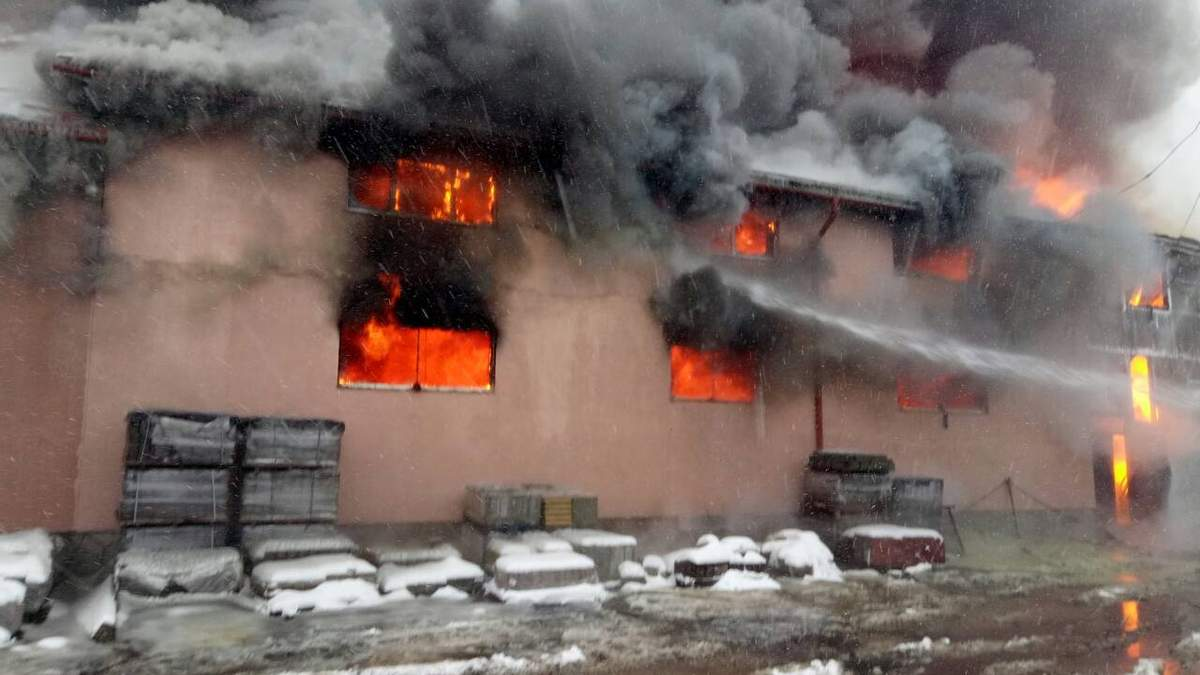 На Закарпатті спалахнула масштабна пожежа у торговому центрі: фото