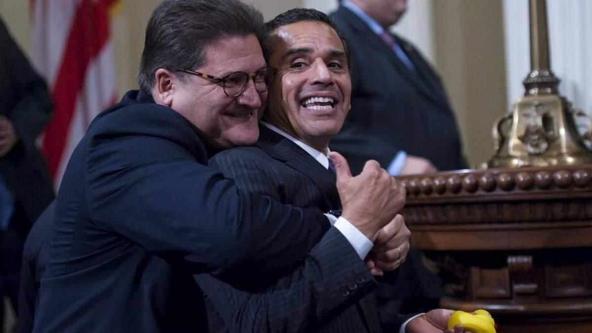 Обійми поза законом: американському сенатору офіційно заборонили обіймати колег