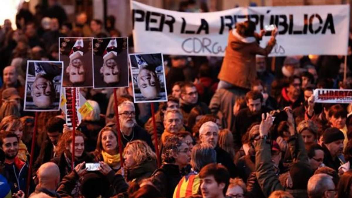 В Испании полиция дубинками разгоняла митингующих: десятки пострадавших