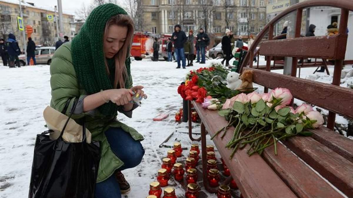 До місця трагедії у Кемерово люди досі зносять квіти
