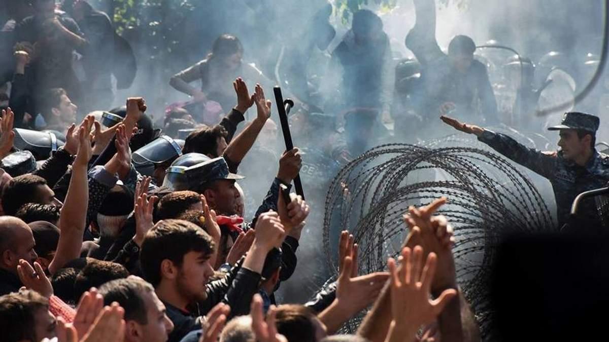 Протесты в Ереване: под парламент стянули водометы и бронетехнику