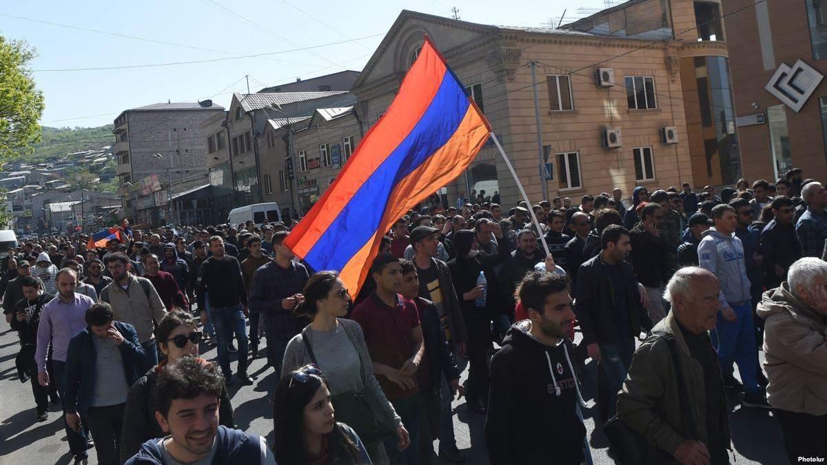 В Ереване возобновились протесты: активисты перекрывают дороги