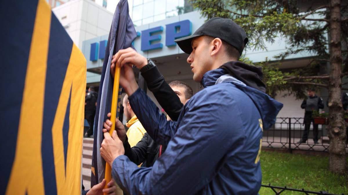 """""""Нацкорпус"""" требует лишить """"Интер"""" лицензии под стенами телеканала"""