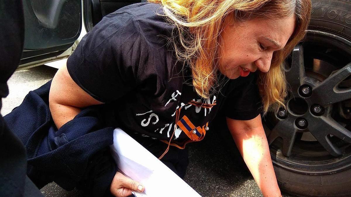 Матір загиблої екс-регіоналки Бережної затримали на акції у Києві: промовисті фото