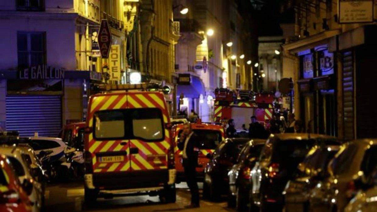 Неизвестный с ножом набросился на людей в центре Парижа
