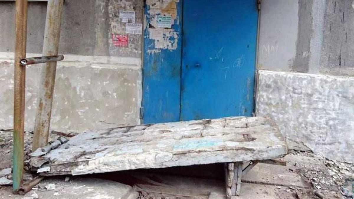 Померла восьмирічна дівчинка, на яку впала бетонна стіна на Донеччині
