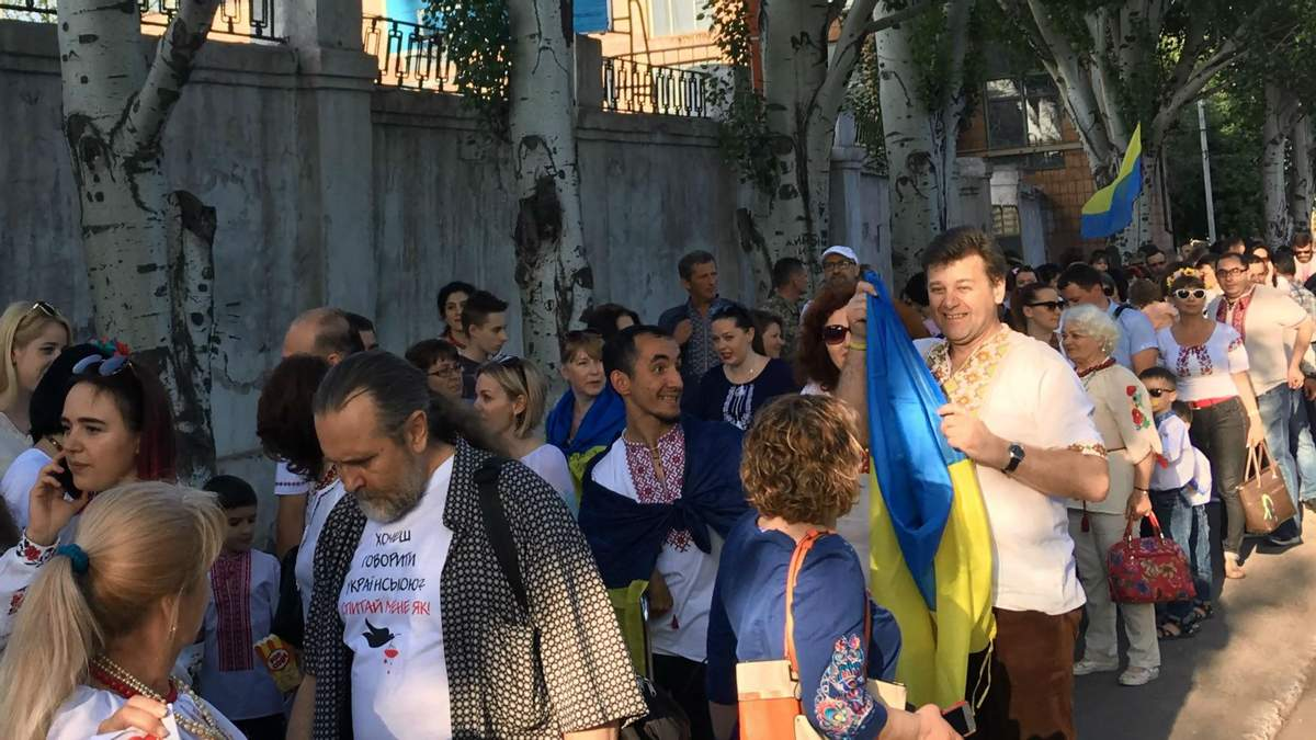 Жители Мариуполя прошлись по центру города в вышиванках